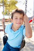 Мальчик на качелях в парке — Стоковое фото