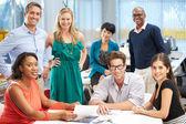 Portret van team in creatieve kantoor — Stockfoto