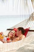 Romantiska par avkopplande i stranden hängmatta — Stockfoto