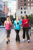 Grupo de poder mulheres andando na rua urbana — Foto Stock