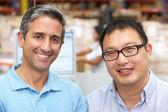 Twee mannen op computer terminal in distributie magazijn — Stockfoto