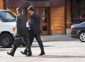 два бизнесмена в чате во время пересечения улицы — Стоковое фото