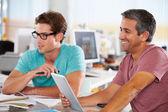 两名男子在创意办公室使用平板电脑 — 图库照片