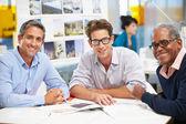 Grupo de homens reunidos em escritório criativo — Foto Stock