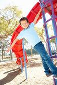 攀登公园中的帧的男孩 — 图库照片