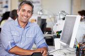 Man som arbetar vid disken upptagen creative office — Stockfoto
