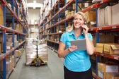 Zakenvrouw digitale tablet met distributie magazijn — Stockfoto