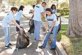 Equipo de voluntarios de recoger basura en la calle suburbana — Foto de Stock