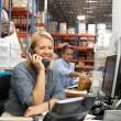 Предприниматель, работающих на стол на складе — Стоковое фото #25050019