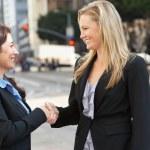 twee vrouwelijke ondernemers schudden handen buiten kantoor — Stockfoto
