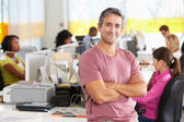 Meşgul yaratıcı bürosunda ayakta adam portresi — Stok fotoğraf