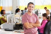 Porträtt av man står i upptagen kreativa kontor — Stockfoto