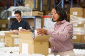Gerente de verificación de mercancías en la cadena de producción — Foto de Stock