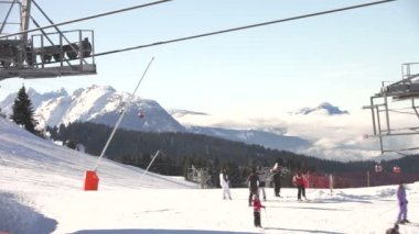 Using facilities at busy ski resort. — Stock Video