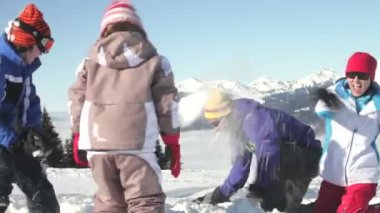 Mother, father and two children throwing snowballs. — Stock Video