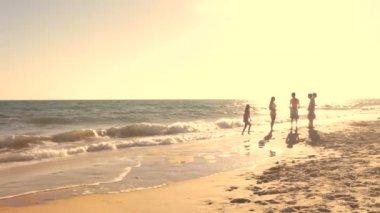 Gruppo di amici adolescenti, parlando e giocando nel surf. — Video Stock