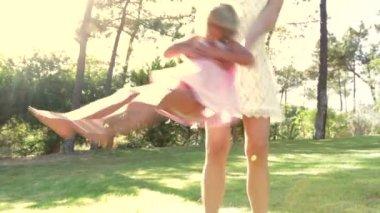 Moeder bedrijf dochter onder haar armen als zij haar rond draait — Stockvideo