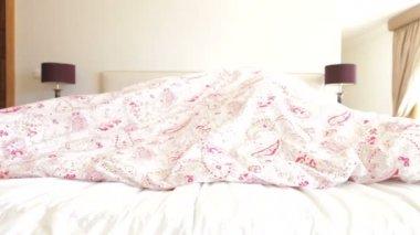高级夫妇躲在床上的羽绒被下 — 图库视频影像