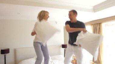Alter Mann und Frau aufprallen auf Bett — Stockvideo