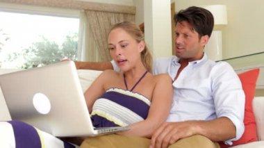 Birlikte kanepede oturan çift — Stok video