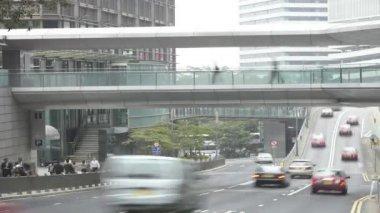 Trafik hastigheter längs vägen som pendlare använder trottoaren och gångväg. — Stockvideo