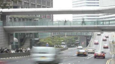 Verkeer snelheden langs de weg zoals forenzen bestrating en wandelpad gebruiken. — Stockvideo