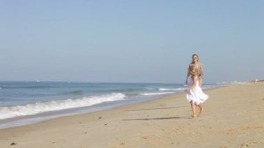 Mother chases daughter along beach — Stock Video
