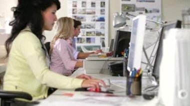 商人起床坐在女同事的桌子上和他们讨论文档. — 图库视频影像