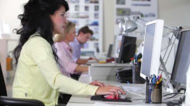 Biznesmen wstaje i siedzi na biurku koleżanki i dyskutują dokumentu. — Wideo stockowe