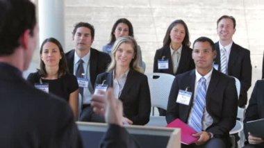 Businesspeople, ascoltando la presentazione. — Video Stock