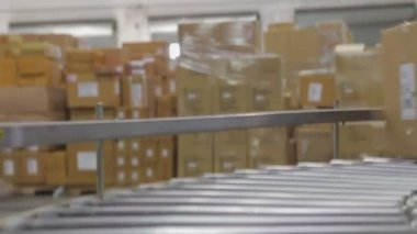 Box progresses along conveyor belt before being picked up by worker. — Stock Video