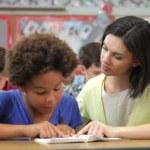 Profesor y estudiante leer juntos — Vídeo de Stock