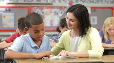 Lärare och elev läser tillsammans. — Stockvideo