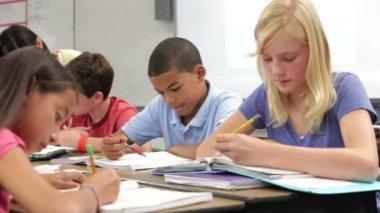 çalışma masaları öğrencilerin — Stok video