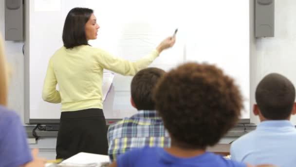 Los alumnos como profesor pregunta pregunta y los alumnos que levanten la mano para responder a. — Vídeo de stock