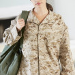 Female Soldier With Kit Bag Home For Leave — Stock Photo