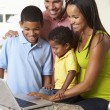 rodina, společné používání notebooku v kuchyni — Stock fotografie