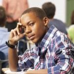 nudit mužské dospívání žáků v učebně — Stock fotografie