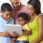 rodina společně pomocí digitálních tabletu v kuchyni — Stock fotografie