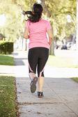 Zadní pohled na ženské běžec na předměstí — Stock fotografie