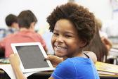 Allievo nella classe utilizzando la tavoletta digitale — Foto Stock