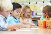 Grupo de niños en edad de escuela primaria en clase de arte — Foto de Stock