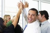 Zakelijke team geven elkaar hoge vijf — Stockfoto