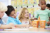 Elementära ålder barngruppen i konst klass med lärare — Stockfoto