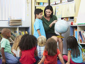 Elementary Pupils In Geography Class With Teacher — Stock Photo