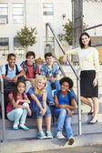 Skupina žáků mimo učebnu s učitelem — Stock fotografie