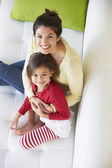 Vista aérea de madre e hija relajante en sofá — Foto de Stock