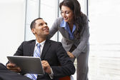 Podnikatelé s digitálním tabletu během neformální setkání — Stock fotografie