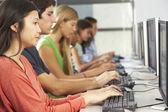 Grupp av studenter som arbetar på datorer i klassrummet — Stockfoto