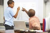 男子生徒がホワイト ボード上の答えを書く — ストック写真